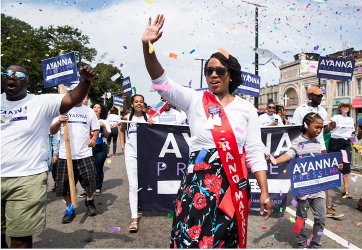 La candidata prometió impulsar la abolición de la Oficina de Inmigración y difundir los servicios de salud. (@AyannaPressley/SIPSE)