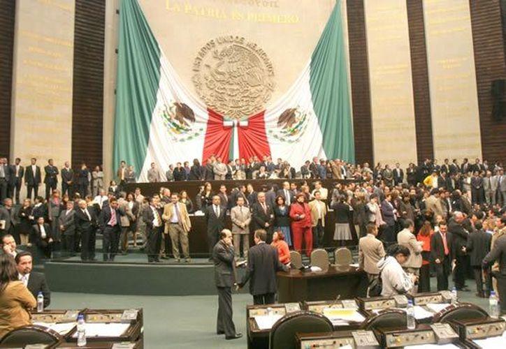 En 2006, al momento de la toma de protesta de Calderón, la tribuna de San Lázaro permanecía 'sitiada'. (Archivo/Notimex)