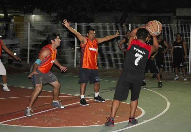 Los equpos de la Secretaría de Educación y Cecati sumaron puntos en el partido de básquetbol. (Miguel Maldonado/SIPSE)