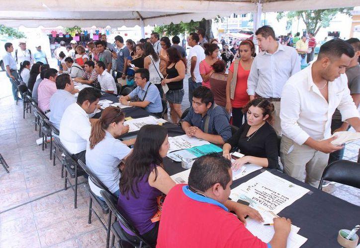 La jornada de empleo en el parque Eulogio Rosado congregó a cientos de buscadores de trabajo. (SIPSE)