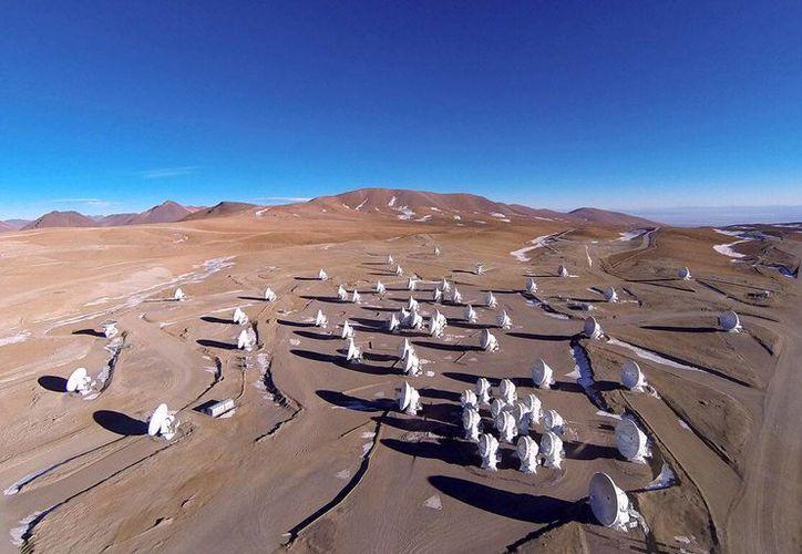 Foto cedida por el Observatorio ALMA, que muestra una vista general de las antenas del Atacama Large Millimeter/submillimeter Array en el Sitio de Operaciones del Conjunto, en el llano de Chajnantor, desierto de Atacama, Chile. (EFE)
