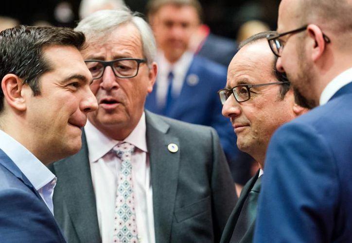 El premier griego Alexis Tsipras dialoga con los líderes europeos durante una de las sesiones de diálogo por la deuda de su país. (AP)