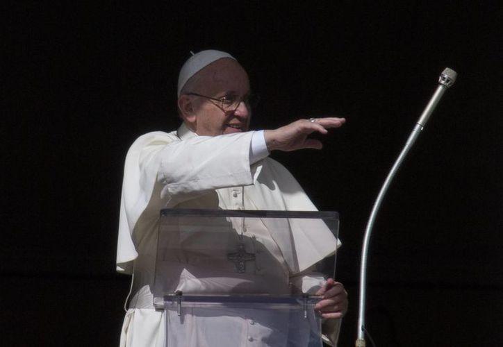 El Papa Francisco saluda a las personas reunidas en la Plaza de San Pedro para la oración del Angelus, este domingo 10 de enero de 2016, en el Vaticano. El Pontífice lamentó las distinciones que hace la comunidad internacional entre los refugiados. (Foto AP/Alessandra Tarantino)