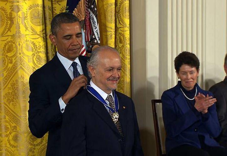 En el 2013 Barack Obama distinguió al científico mexicano Mario Molina con la Medalla Presidencial de la Libertad estadounidense, el máximo reconocimiento civil que otorga ese país. (Agencias)