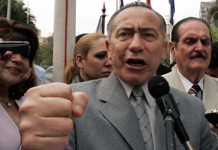 Lino Oviedo dialoga con partidarios durante el quinto aniversario del partido UNACE de Paraguay en 2007. (AP)