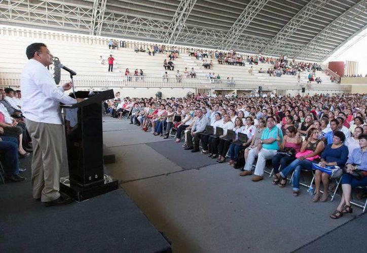 """El Gobernador afirmó que """"estas acciones responden al esfuerzo y capacidad del magisterio yucateco"""", durante su discurso ante maestros en la Inalámbrica. (Milenio Novedades)"""