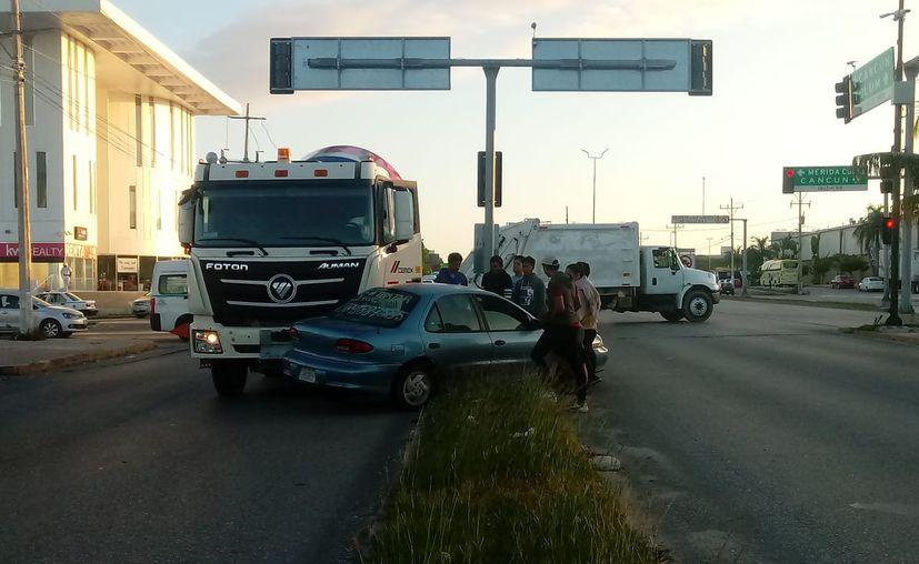 Elementos de Tránsito se hicieron del cargo del percance; los conductores llegaron a un acuerdo. (Redacción/SIPSE)