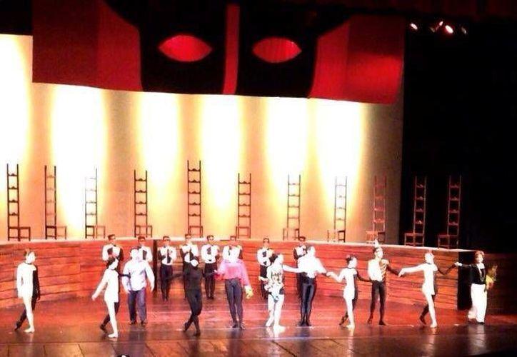 Bailarines se llevaron el aplauso y reconocimiento del público. (Milenio Novedades)