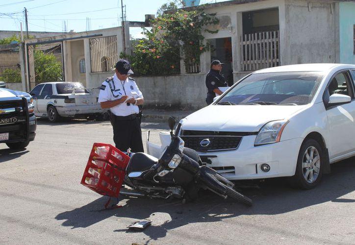 Debido a las lesiones que presentó, el joven fue trasladado al hospital. (Foto: Redacción/SIPSE)
