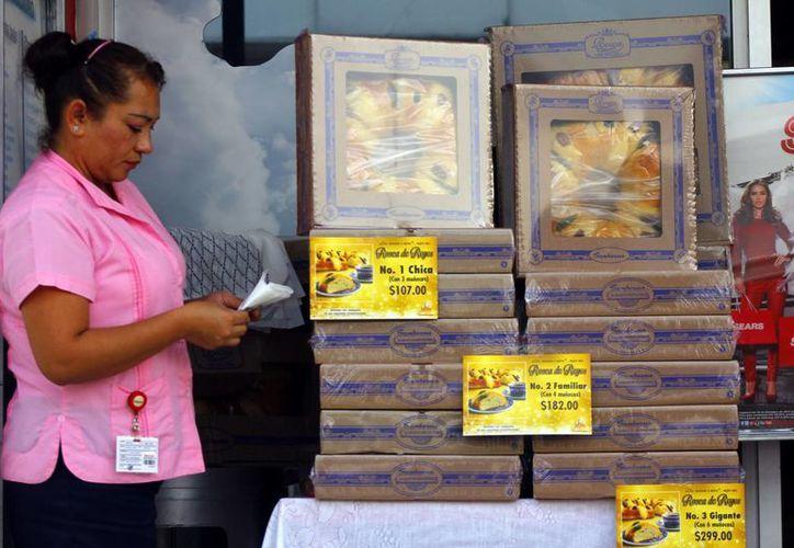 Los precios de las Roscas de Reyes van de los 80 hasta los 600 pesos. (Juan Albornoz/SIPSE)