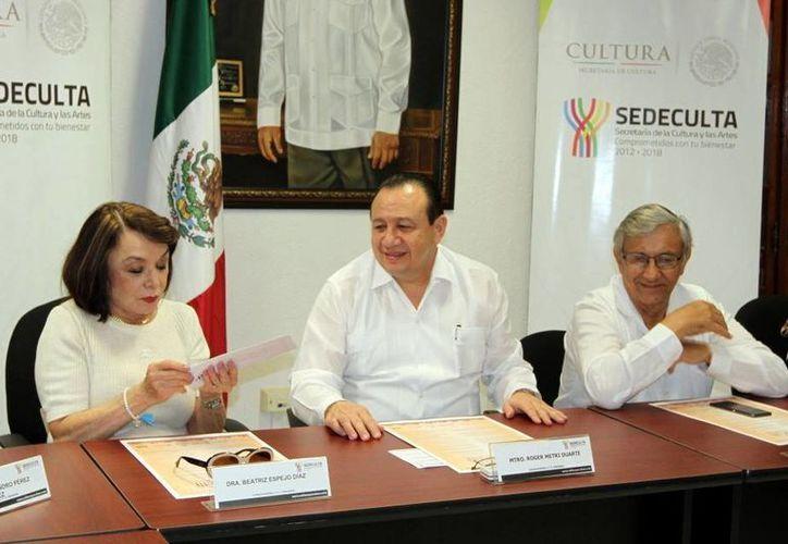 La escritora Beatriz Espejo, acompañada de autoridades de cultura al informar sobre los galardonados del premio nacional. (Mérida es Cultura/  Facebook)