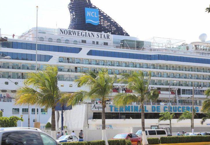 El Norwegian Star, uno de los navíos que arribó a Puerto Chiapas, transporta más de tres mil personas. La imagen es de su estancia en Acapulco, Guerrero. (Foto: Notimex)
