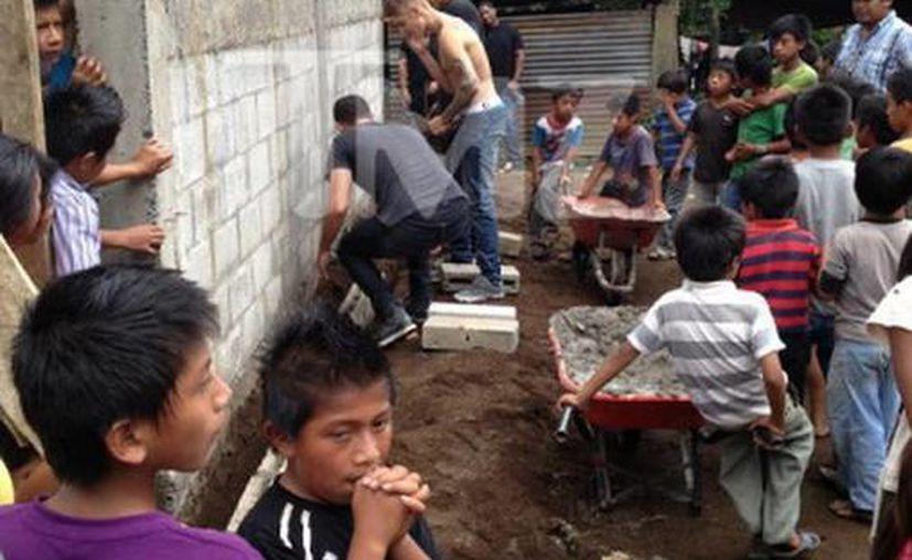 Sin camisa, Justin se puso a trabajar y ayudó a la construcción de la escuela. (Milenio/TMZ)