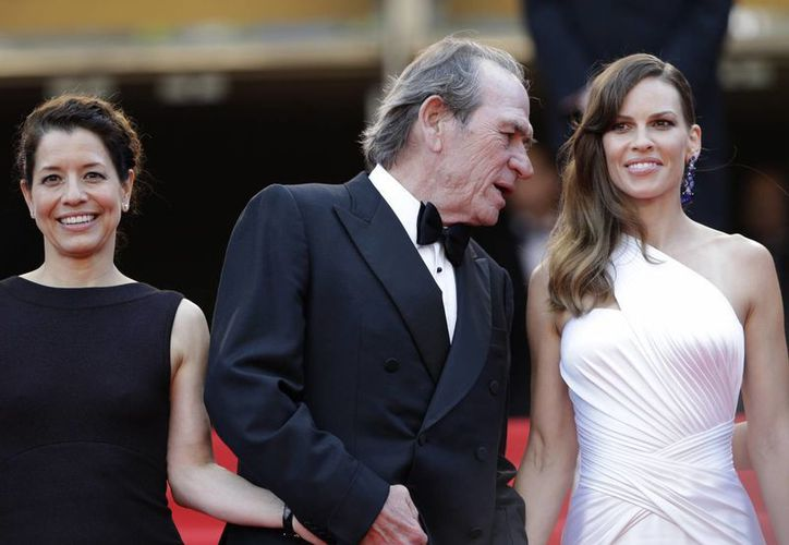 Tommy Lee Jones con su esposa Dawn Laurel-Jones (i) y la protagonista de su más reciente filme. The Homesman. (Foto: AP)