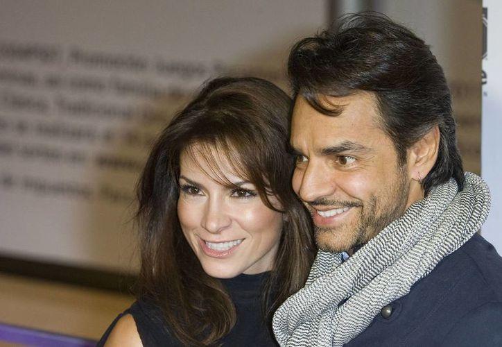 Algunos medios de comunicación aseguran que el comediante y la cantante están atravesando por una crisis matrimonial. Eugenio Derbez publica en Twitter un comunicado oficial. (starmedia.com)