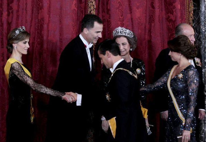 La pareja presidencial mexicana fue condecorada con la Orden  de Carlos III por el gobierno de España. En la imagen, Peña Nieto saluda a  la entonces princesa de Asturias doña Letizia Ortiz, en la última visita de Estado que recibió el rey Juan Carlos I después de su abdicación. (Archivo/Notimex)