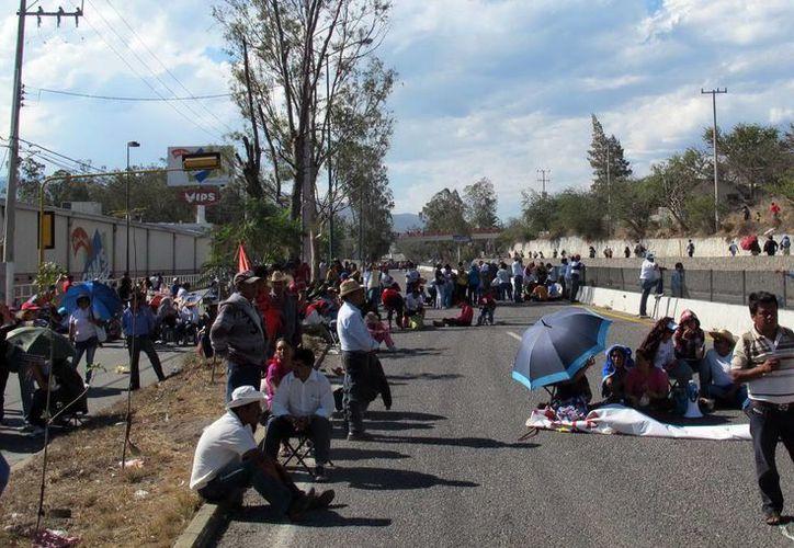 La CETEG amagó con reanudar la toma de edificios públicos y a efectuar más movilizaciones en Chilpancingo y Acapulco. (Notimex)