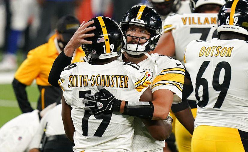 Ben Roethlisberger es felicitado por su receptor abierto JuJu Smith-Schuster, luego de conseguir un valioso touchdown en el último cuarto que encaminó a los Acereros a la victoria. (Foto: AP)