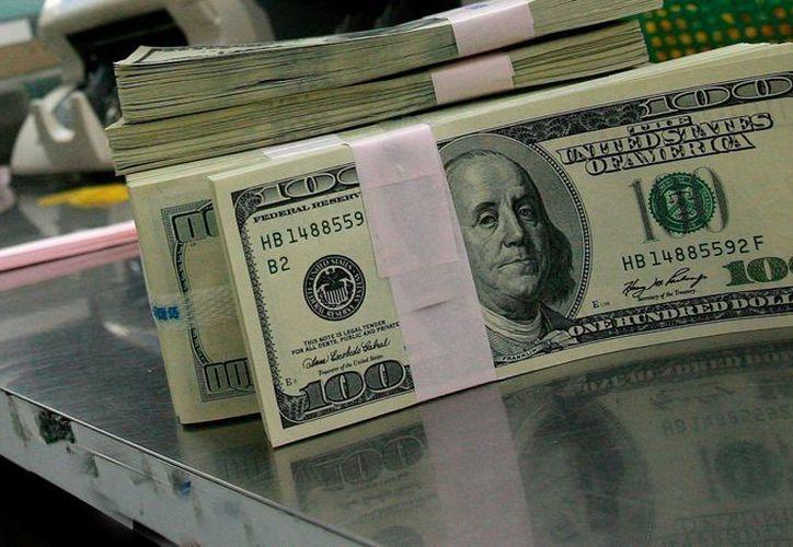 El banco central colocó 200 millones de dólares en subasta con precio mínimo a 17.6552 pesos por dólar, ante la fuerte volatilidad con la que inició el día. (Archivo/SIPSE)