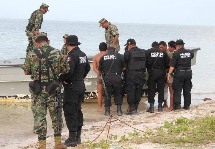 Pescadores ilegales de pepino de mar detenidos en 2013, en Dzilam Bravo. (SIPSE)