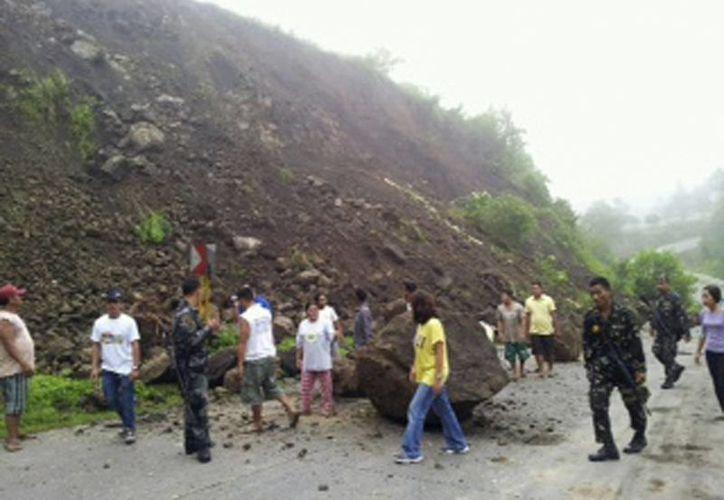 El movimiento causó aludes que bloquearon transitadas carreteras. (Agencias)
