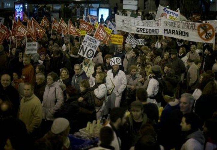 Aspecto de las manifestaciones en Madrid por los recortes en salud pública. (Agencias)