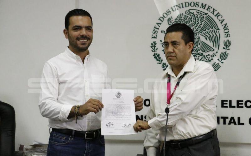 Momento de la entrega de la constancia de mayoría al diputado electo Elías Lixa (José Acosta/Milenio Novedades)