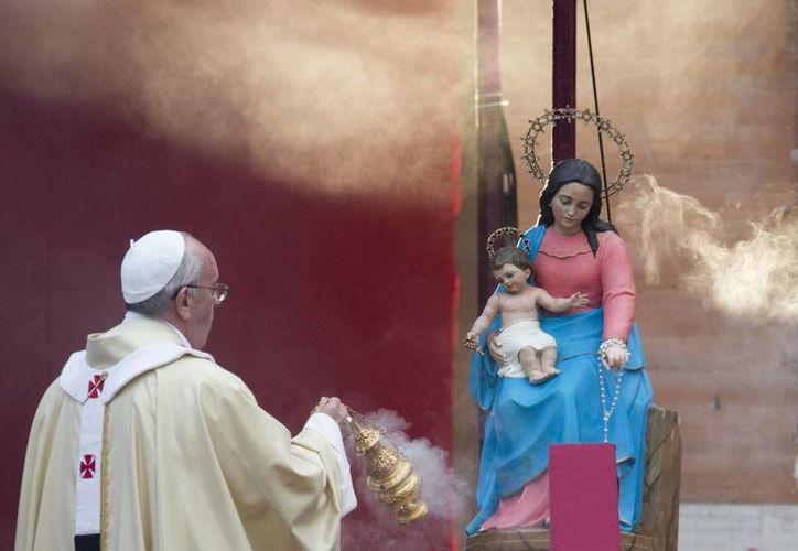 Francisco sostuvo que los santos son ejemplos a imitar y aclaró que no se refería sólo a los canonizados, sino a los santos de la vida cotidiana. (Agencias)