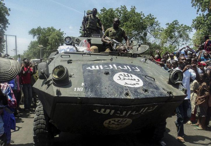 Soldados nigerianos muestran uno de los vehículos armados incautados a los insurgentes de la secta islamista Boko Haram, en Konduga, Maiduguri, Nigeria, en septiembre pasado. (EFE)