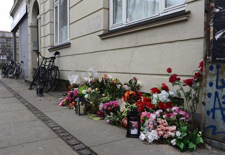 Flores y velas como homenaje a las víctimas de los atentados en Copenhague. (Archivo/EFE)