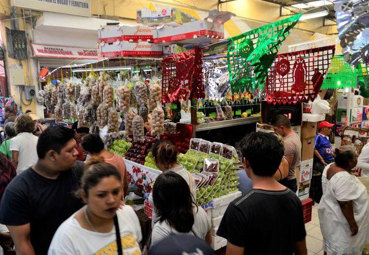 Muchas familias yucatecas, ante el alza en el precio de algunos ingredientes y los aumentos que vendrán, como el de la gasolina y el costo del pasaje, buscan alternativas a la tradicional cena de fin de año. (Foto de contexto de SIPSE)