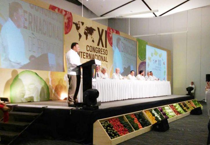 Imagen del acto inaugural del XI Congreso Internacional de Promoción al consumo de frutas y verduras. Rolando Zapata Bello dio la bienvenida a los participantes. (Cecilia Ricárdez/SIPSE)