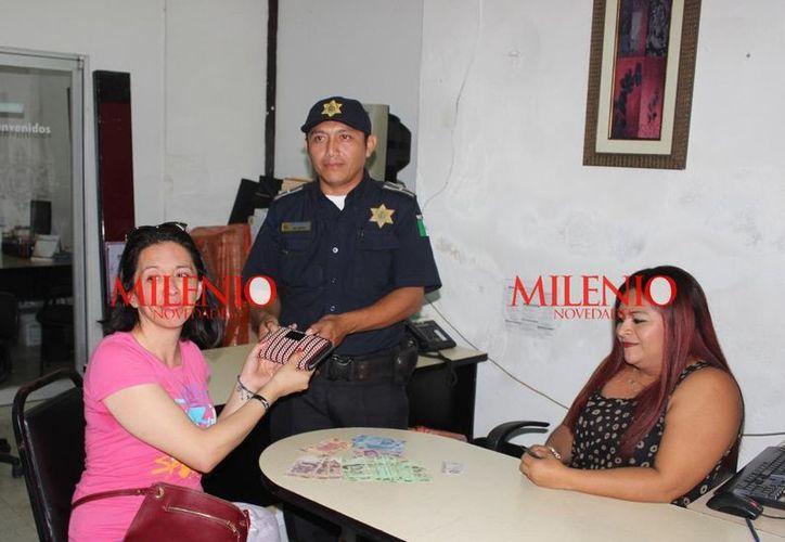 'En verdad estoy muy sorprendida, por la honradez de ustedes', dijo Yariela Delgadillo, turista. (SIPSE)