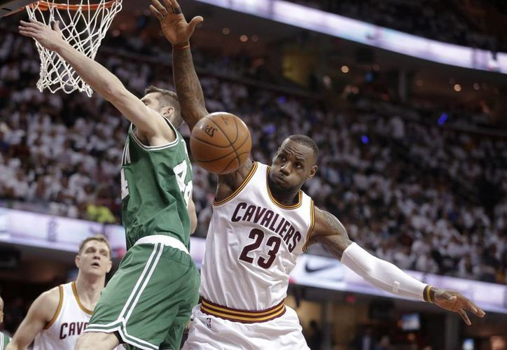 Le Bron James gana un rebote a Tyler Zeller (44), de Celtics en la victoria de Cavaliers de Cleveland. (Foto: AP)