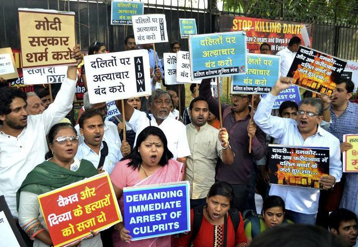 """Asociaciones y miembros de la comunidad """"dalit"""" o intocable protestan frente a la sede del estado de Haryana en la capital india, un día después de la muerte de dos niños. (EFE))"""