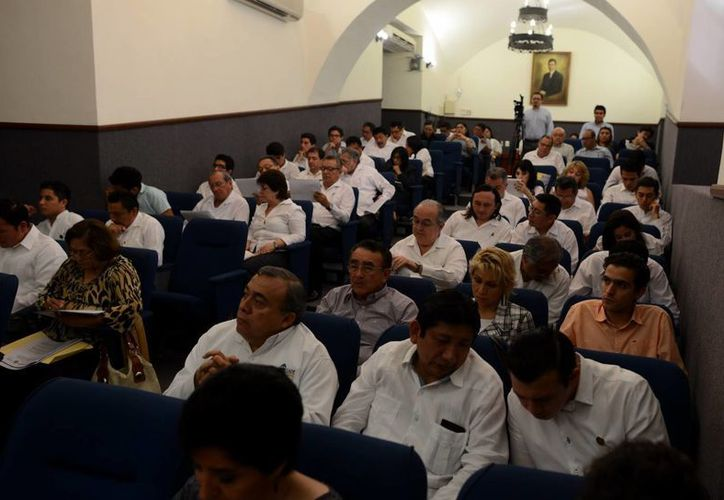 El anuncio del recorte ocurre días después del levantamiento de la huelga de trabajadores administrativos y manuales que reclamaban un aumento del 10 por ciento al salario. En la imagen, la sesión del XVI Consejo Universitario. (SIPSE)