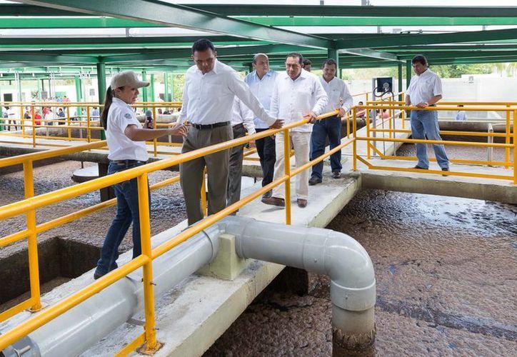 El gobernador Rolando Zapata Bello realiza un recorrido por la Planta de Tratamiento de Aguas Residuales del fraccionamiento Altabrisa. (SIPSE)
