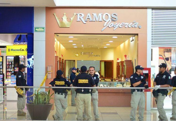 Los agentes federales aseguraron el área de joyerías de la Gran Plaza y Altabrisa. (Milenio Novedades)