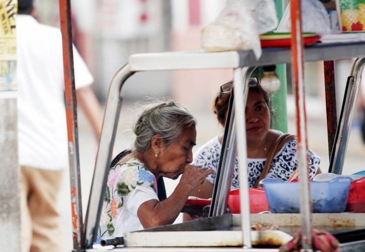Comer alimentos en la calle es un factor de riesgo para contraer la enfermedad. (Milenio Novedades)