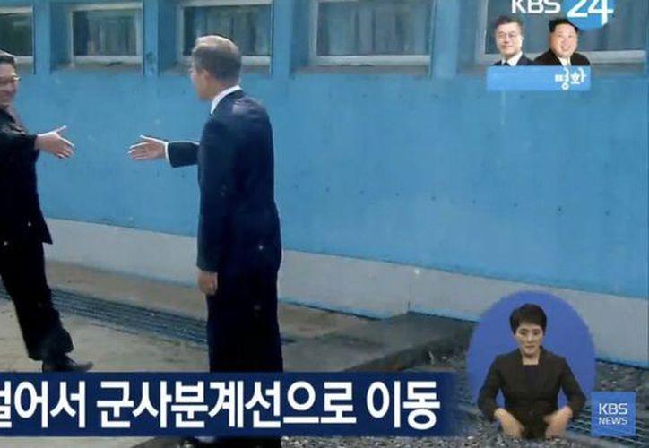 Kim Jong-un y Moon Jae-in cruzaron la zona desmilitarizada para la reunión de alto nivel, la tercera de la historia entre dos líderes coreanos. (Twitter)