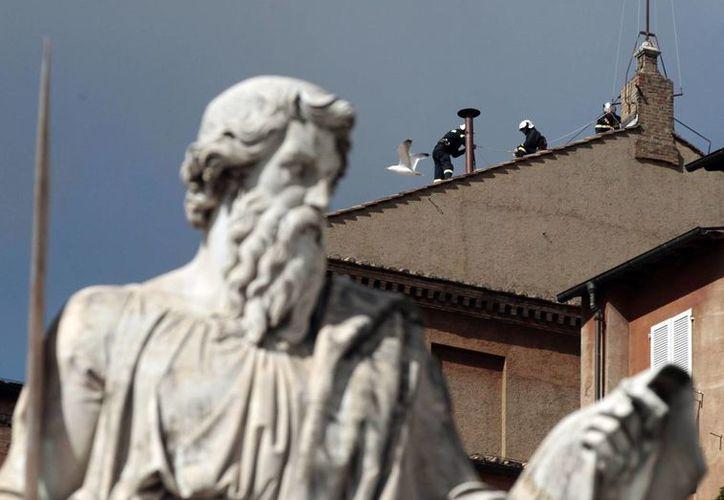 Ya se colocó la chimenea que anunciará la elección del nuevo Sumo Pontífice. (Agencias)