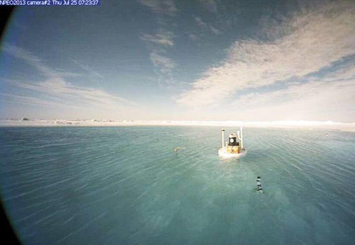 El agua capta más radiación solar que el hielo y el área se torna más cálida debido a las temperaturas elevadas. (RT)