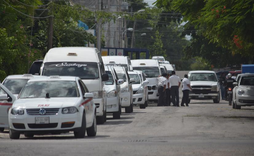 Los taxistas de Cozumel se encuentran en medio de una disputa entre dos líderes. (Gustavo Villegas/SIPSE)
