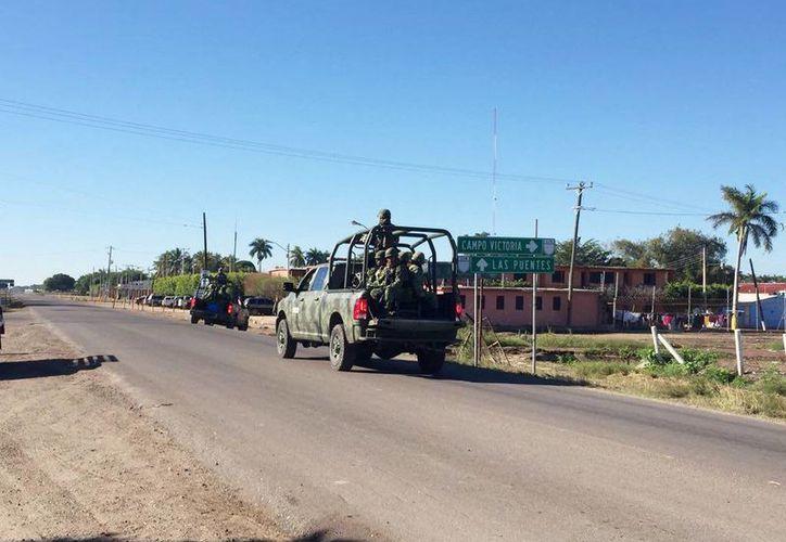 Grupo de hombres armados irrumpió la población de Navolato, Sinaloa y causó un caos con balacera, levantones e incendios. Imagen de elementos de la Sedena a su llegada al lugar de los hechos. (@vivavoznoticias)
