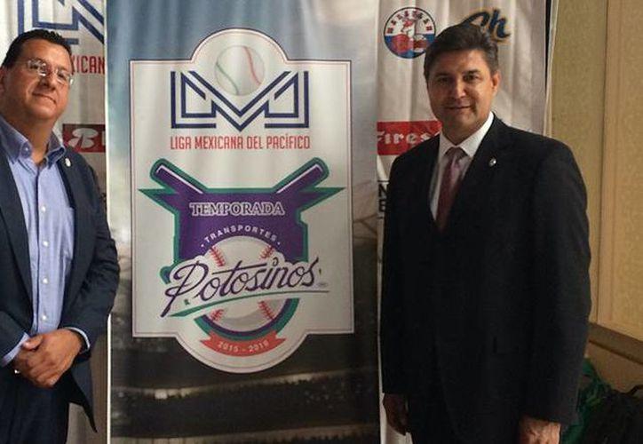 El presidente de la LMP, Omar Canizales (d), y Arturo Blanco, directivo de la marca Transportes Potosino, la cual será la patrocinadora de la liga durante la temporada 2015-2016, en rueda de prensa este jueves. (lmp.mx)