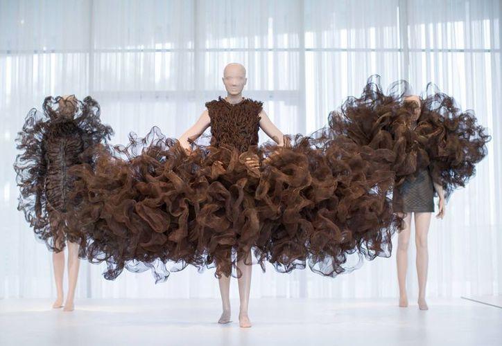 Este es uno de los 'futuristas' diseños realizados por la holandesa Iris van Herpen. Sus trabajos se expondrán en varias poblaciones de EU. (AP)