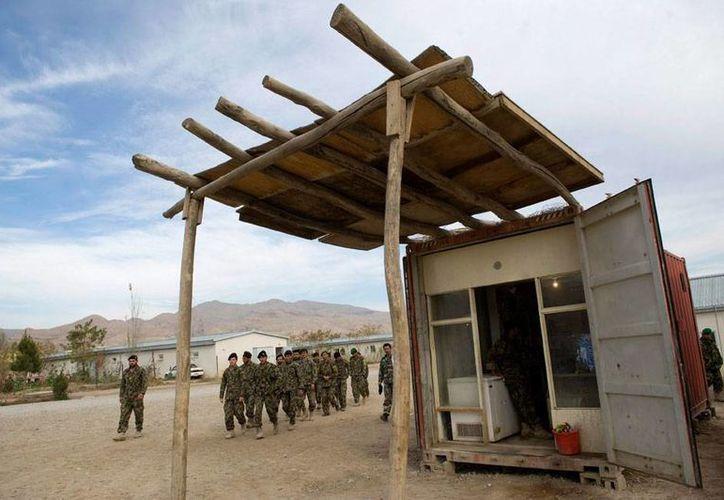 Soldados del Ejército Nacional Afgano (ANA, por sus siglas en inglés) mataron a 28 personas -entre ellas 8 civiles- en un ataque contra talibanes. En la imagen -de contexto y con fines únicamente ilustrativos-, efectivos marchan en su base en Kilagay. (Efe/Archivo)