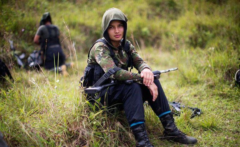 Foto del 6 de enero de 2016 que muestra a Juliana, de 20 años, una guerrillera de las FARC. El gurpo armado acordó tres fechas (marzo, mayo y junio de 2017) para el desarme, de acuerdo con el Acuerdo de Paz alcanzado con el Gobierno.(AP/Rodrigo Abd)