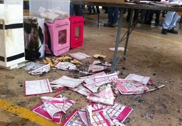 El vandalismo electoral ha estado presente en varios estados de México. En la gráfica, quema de boletas en Jiutepec, Morelos. (jornada.unam.mx)