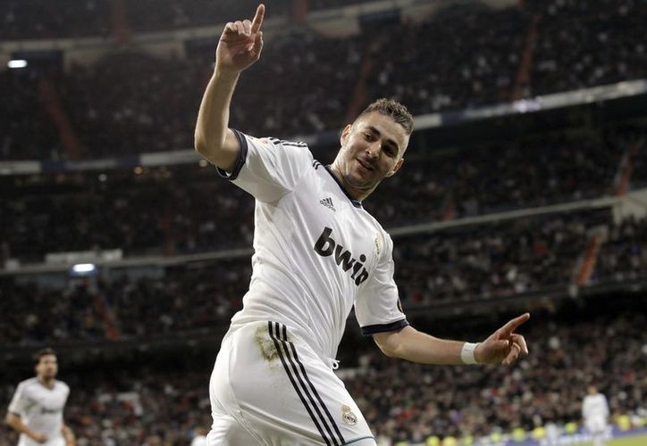 El delantero francés del Real Madrid Karim Benzema celebra el gol que acaba de marcar, el primero en el partido ante el Valencia. (EFE)